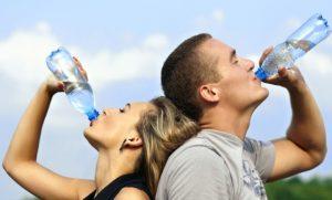 お水を飲む男女