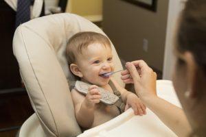 食べている赤ちゃん