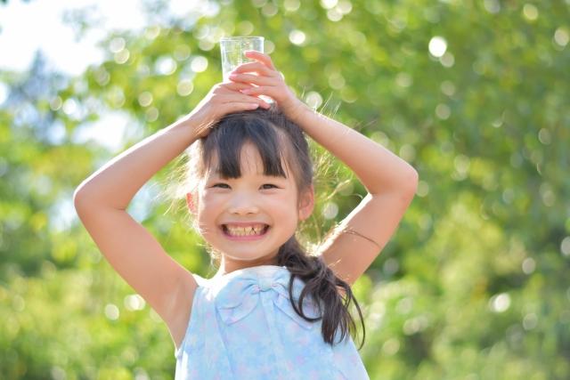沢山の水を飲む女の子