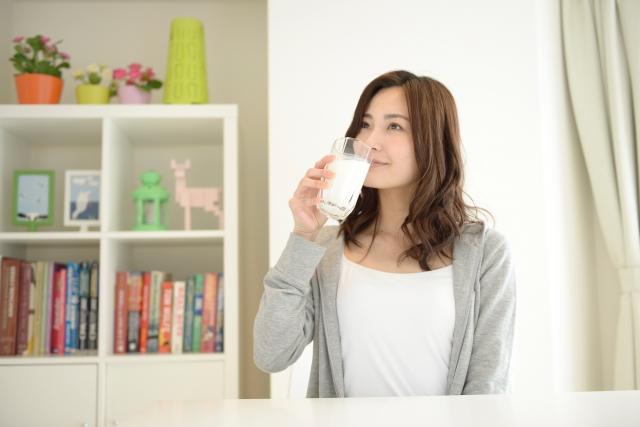 アルピナウォーターの水を飲んでいる女性