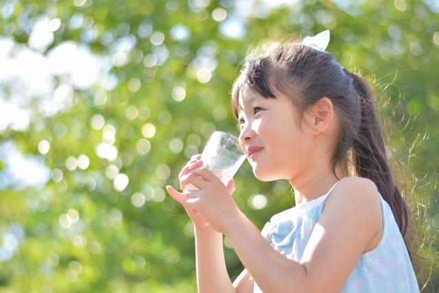 ウォータースタンドの水を飲む女の子